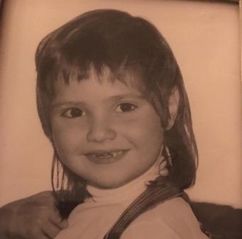 Kleines Mädchen mit Zahnlücke