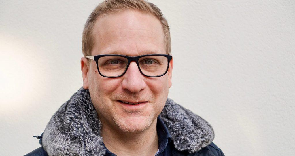 Alex Scheurer, ein blonder Mann mit Brille