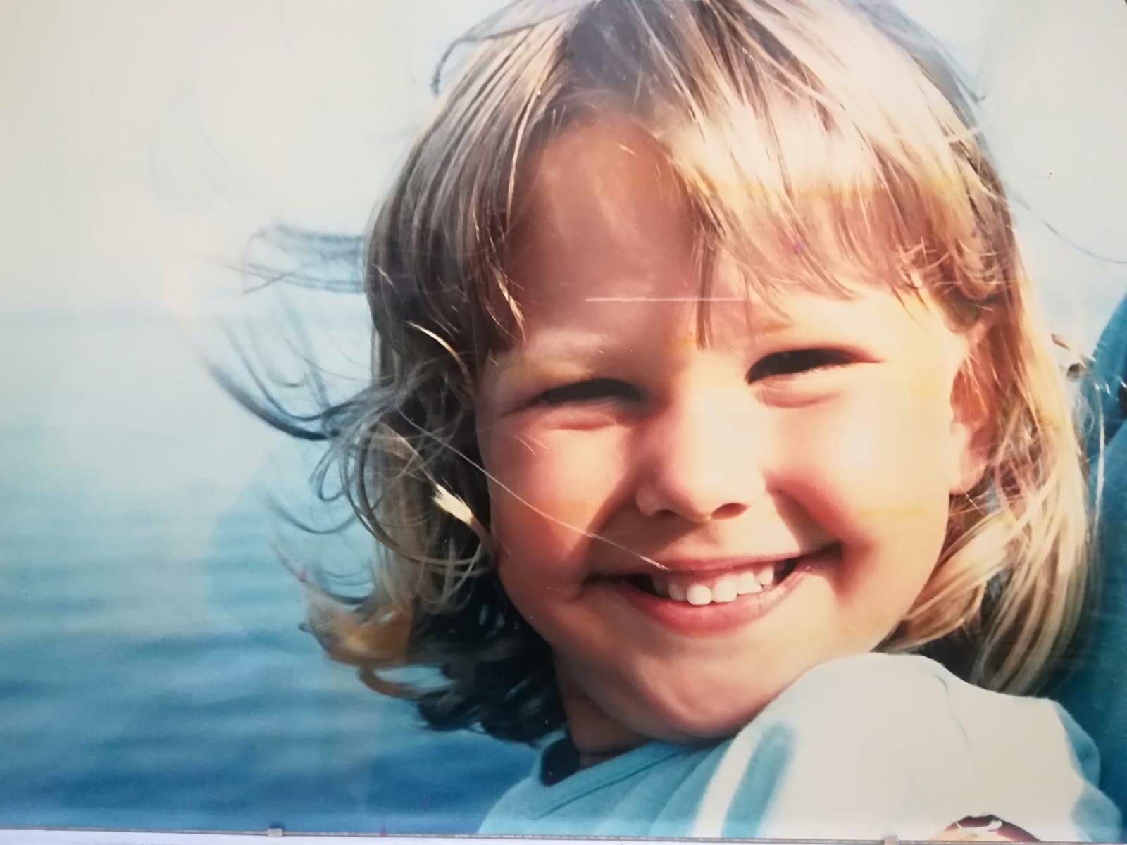 Barbara als lächelndes Kleinkind auf einem Boot