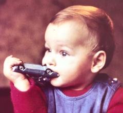 Baby beißt in Spielzeugauto