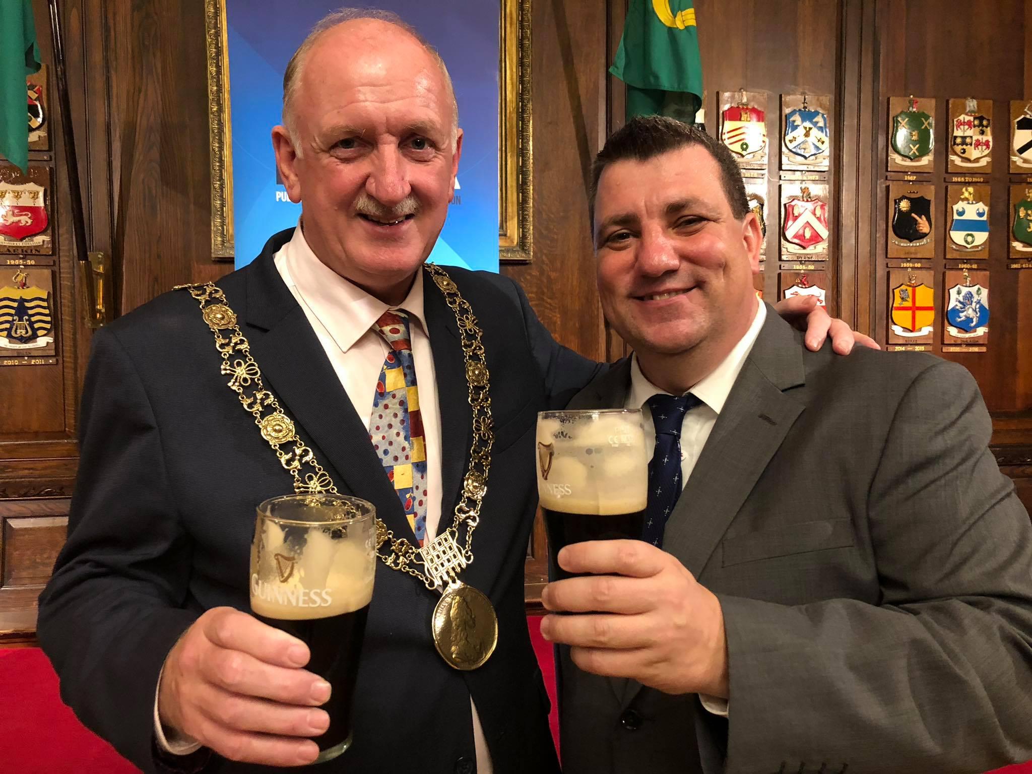 Jürgen Gangoly mit dem Bürgermeister von Dublin beim Guiness trinken
