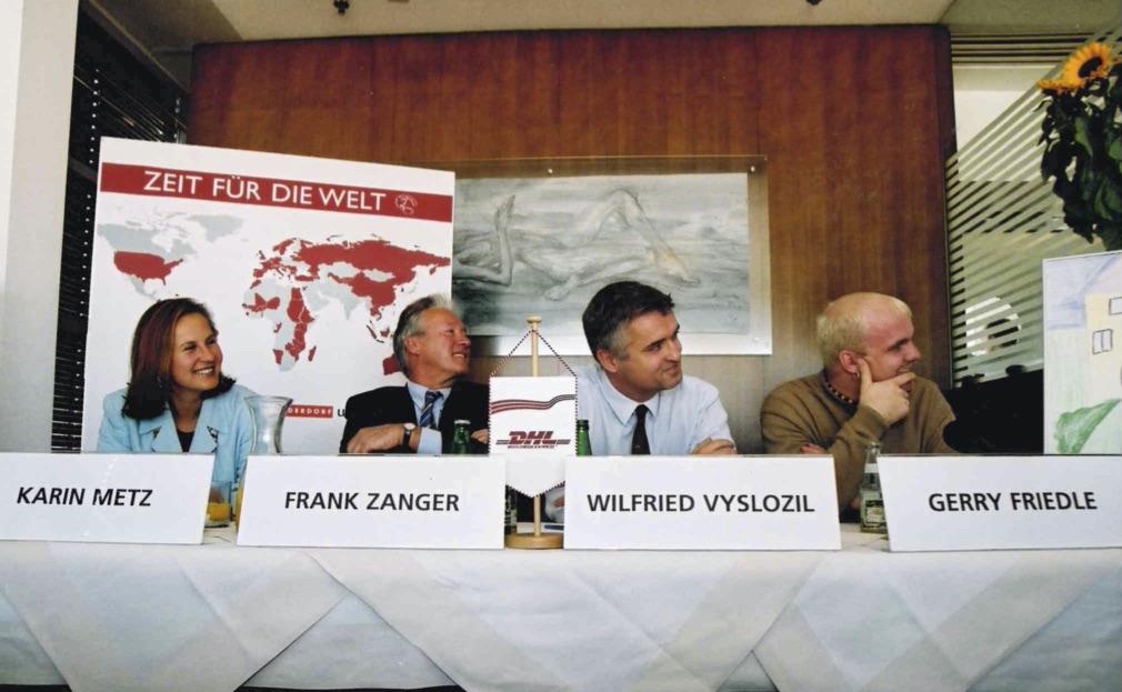 Karin Wiesinger am Podium mit DJ Ötzi bei einer Pressekonferenz