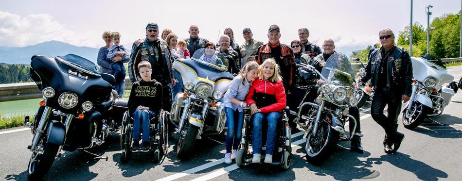 Harley-Davidson-Biker mit Kindern im Rollstuhl