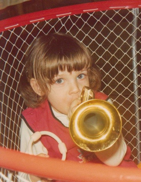 Elise Ryba als kleines Mädchen mit Spielzeug-Trompete